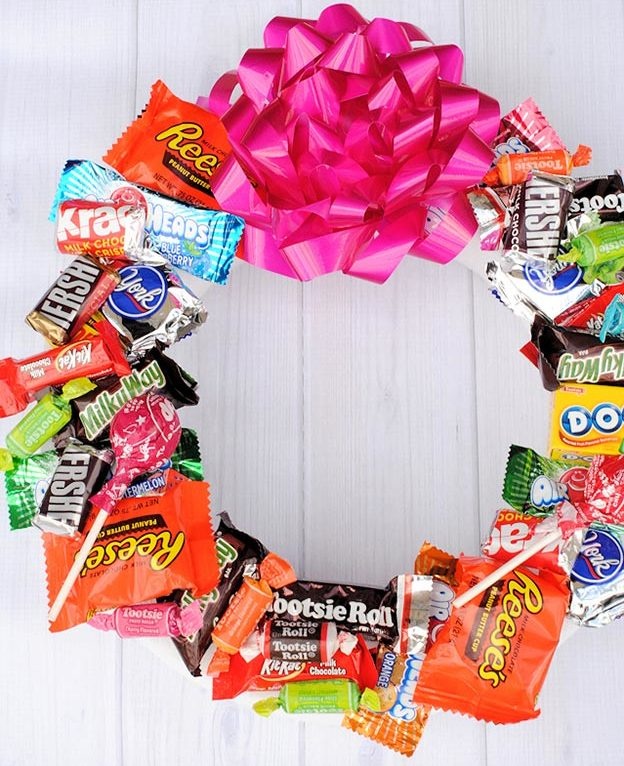 Cheap DIY Gifts to Make For Friends - How to Make A Candy Wreath - DIY Candy Birthday Wreath Tutorial - BFF Gift Ideas for Birthday, Christmas - Last Minute Gifts for Friends - Cool Crafts For Teens and Girls #teencrafts #diyideas #giftideas