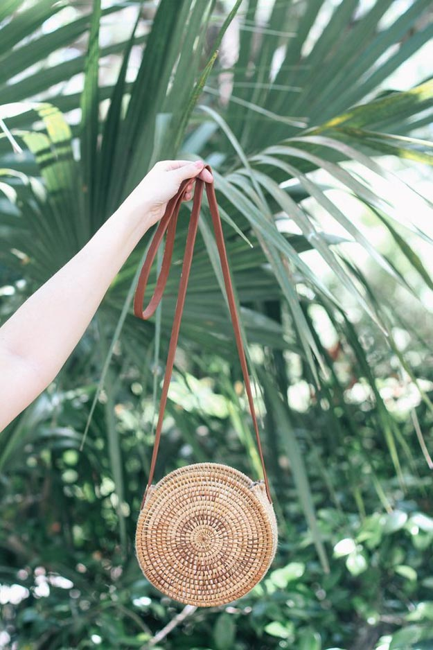 DIY Ideas for Summer - DIY Round Straw Purse Tutorial - How to Make A Straw Purse - Cute Summery Crafts to Make and Sell - DIY Summer Crafts, Projects, Decor for Kids, Tweens, Teens, Adults, Seniors - Ideas to Make for Lake, Pool, Outdoors - Creative Things to Make for Summertime - Teen Crafts and DIY Projects #teencrafts #diyideas #craftideasforsummer