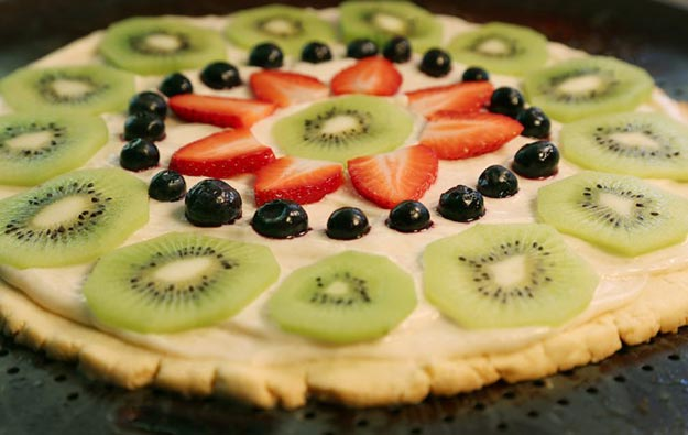 Cool and Easy Dessert Recipes For Teens to Make at Home - Fresh Fruit Pizza - Fun Desserts to Make With Chocolate, Fruit, Whipped Cream, Low Sugar, and Banana - Cake, Cookiess, Pie, Ice Cream Shakes and Pops Made With Healthy Ingredients and Food You Love - Quick Recipe Ideas for No Bake and 5 Minute Dessert At Home http://teencrafts.com/fun-dessert-ideas-recipes