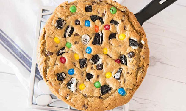 Cool and Easy Dessert Recipes For Teens to Make at Home - Reese's Peanut Butter Cup Skillet Cookie - Fun Desserts to Make With Chocolate, Fruit, Whipped Cream, Low Sugar, and Banana - Cake, Cookiess, Pie, Ice Cream Shakes and Pops Made With Healthy Ingredients and Food You Love - Quick Recipe Ideas for No Bake and 5 Minute Dessert At Home http://teencrafts.com/fun-dessert-ideas-recipes