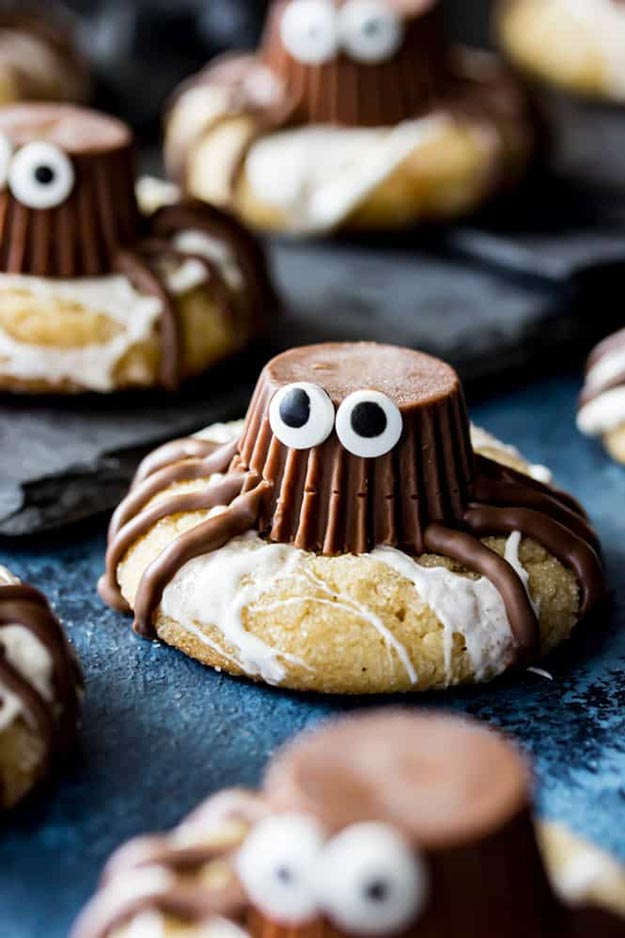 Cool and Easy Dessert Recipes For Teens to Make at Home - Spooky Spider Cookies - Fun Desserts to Make With Chocolate, Fruit, Whipped Cream, Low Sugar, and Banana - Cake, Cookiess, Pie, Ice Cream Shakes and Pops Made With Healthy Ingredients and Food You Love - Quick Recipe Ideas for No Bake and 5 Minute Dessert At Home http://teencrafts.com/fun-dessert-ideas-recipes
