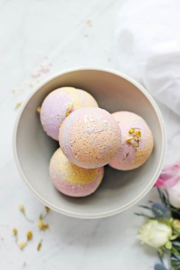 Bath Bombs DIY - DIY Coconut Oil Bath Bomb Recipe - Easy Bath Bomb Recipes - Cool DIY Christmas Gifts - Homemade Bath Bomb Recipe - DIY Lush Bath Bomb Copycats - DIY Bath Bomb with Essential Oils #diygifts #teengifts #giftsformom
